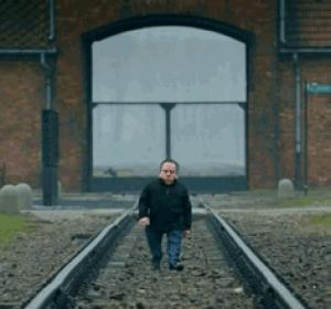 Gif avec les tags : auschwitz,nain